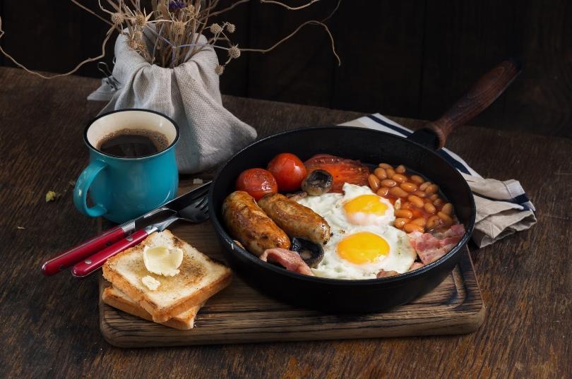 Typisch Britisches Frühstück mit Ei und Bohnen - gute Idee für den Brunch