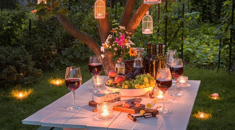 Tisch mit Partydekoration im Garten