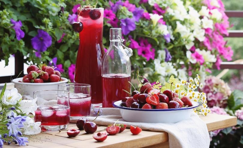 Tischdekoration mit diversen Beeren