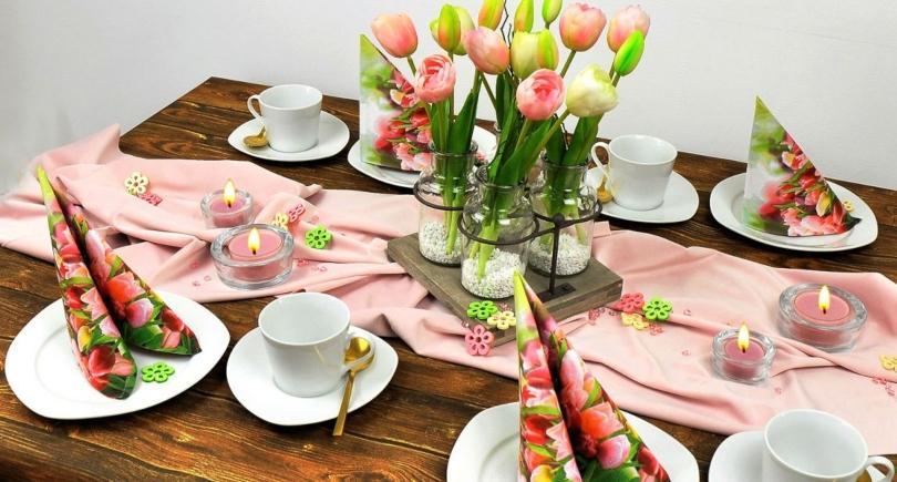Frühlingshafte Tischdekoration Tulpen auf Hellrosa Softsamt - Blumenarrangements