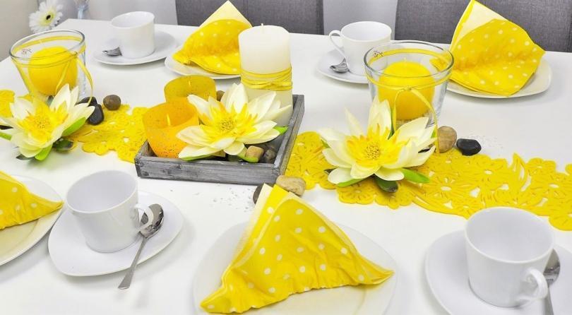 Sommerliche Tischdekoration in Gelb mit Lotusblüten - Sommertischdeko