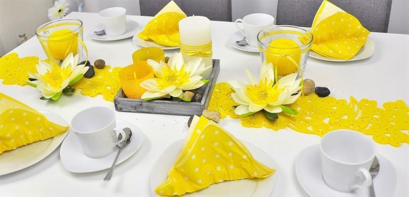 Sommerliche Tischdekoration in Gelb mit Lotusblüten - Dekofarben 2021