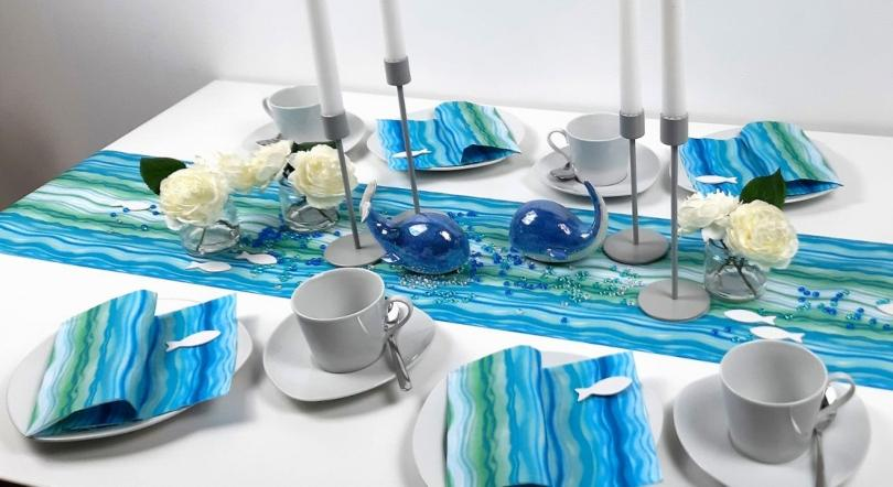 Tischdekoration Wave mit Tischläufer und passender Serviette mit Wellenmotiv - Sonne, Strand und Meer als Inspiration für die Tischdeko