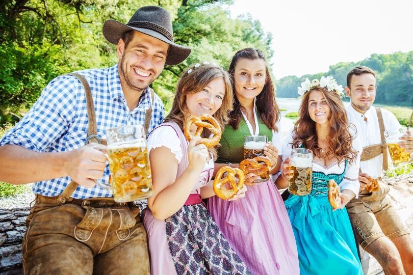5 junge Menschen in bayrischer Tracht