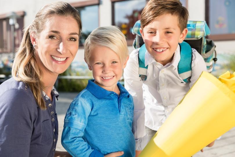 Foto von Mutter und Schulkindern - Einschulung feiern