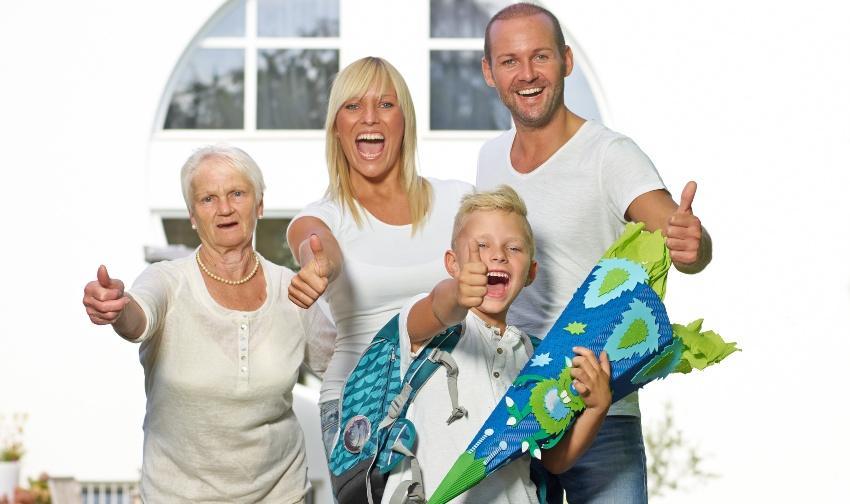 Familie freut sich über die Einschulung des Sohnes - Einschulung feiern