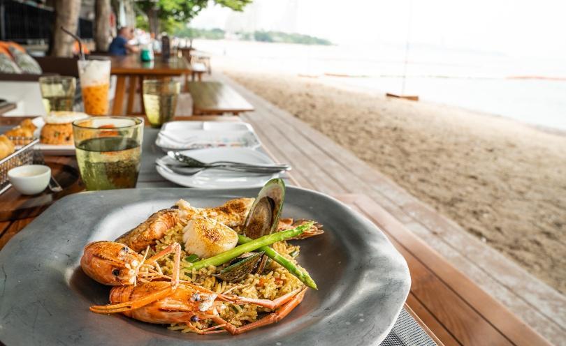 Nachaufnahme eines Fischgerichts in der Nähe eines Strandes - Südländische Deko
