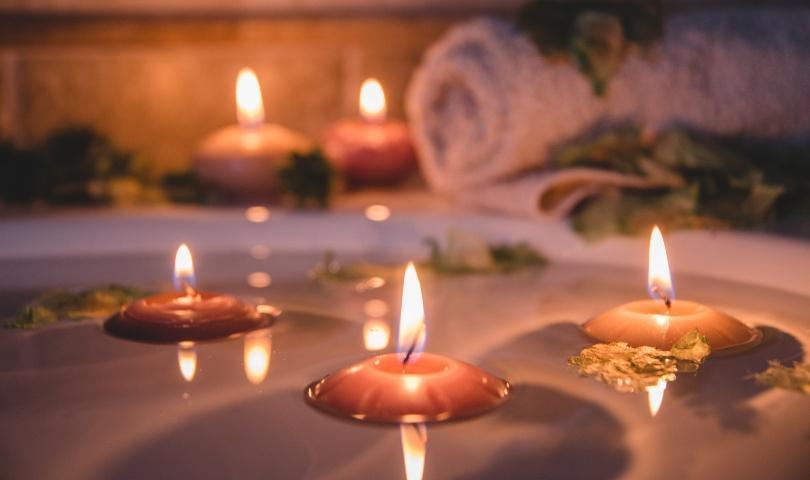 Schwimmende Kerzen, angezündet
