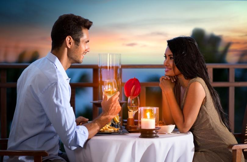 Junges Paar beim romantischen Candle-Light-Dinner
