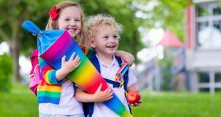 Kinder mit Schultüte freuen sich auf eine Einschulungsparty