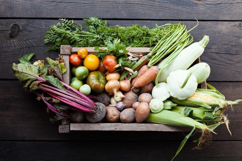 Verschiedene Gemüsesorten in einer Holzkiste