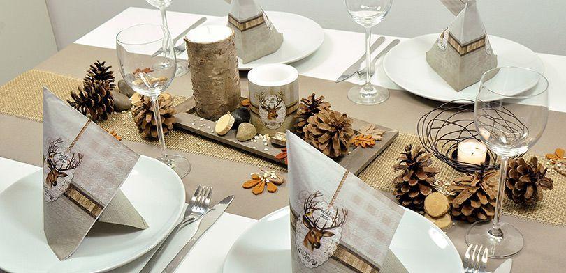 Naturnahe Tischdekoration mit Igeln auf Jutetischband