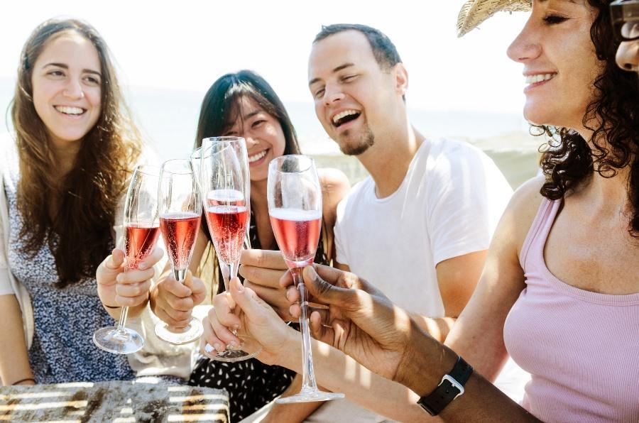 Junge Leute trinken gemeinsam roten Sekt